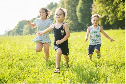 Kinder laufen um die Wette