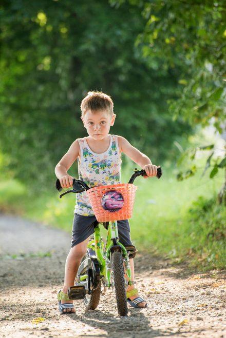 Kind auf Rad