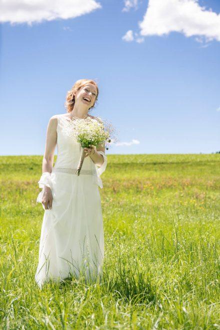 Fotografie glückliche Braut auf Wiese
