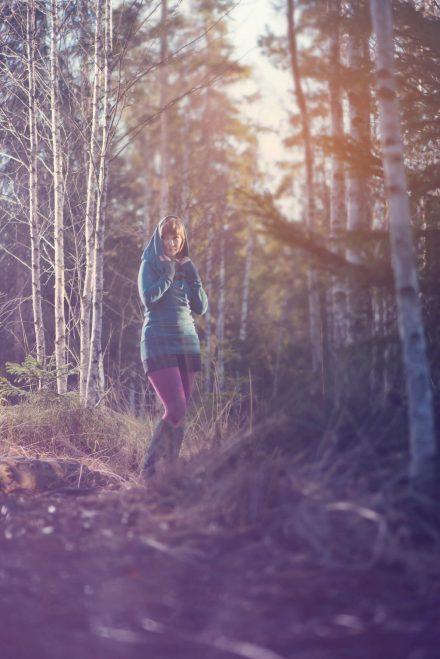 Mädchen im Birkenwald